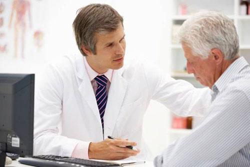 Người cao tuổi khi thấy sốt, ho, mệt mỏi, đau rát họng…, cần đi khám bệnh ngay