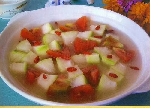 Canh cà chua nấu bí xanh món ăn bài thuốc hỗ trợ điều trị bệnh gout ở người già