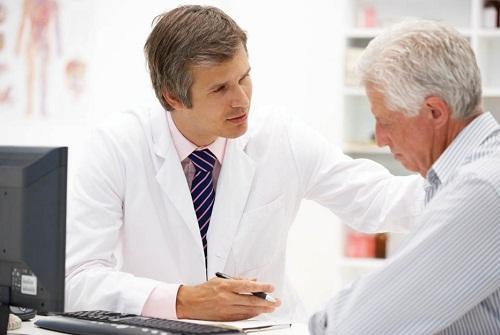 Đi khám khi nghi ngờ mắc bệnh viêm đại tràng mạn tính