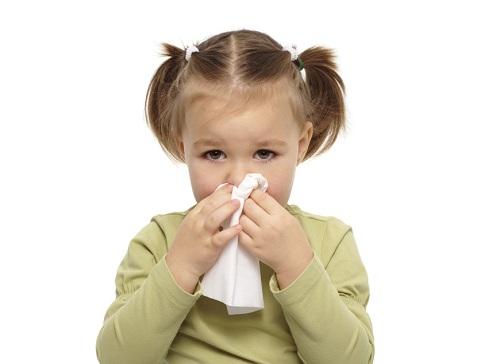 Khi trẻ bị chảy máu cam cha mẹ nên làm gì?