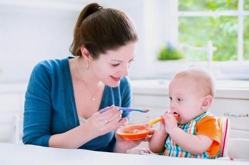 Cho trẻ ăn uống đủ chất, thức ăn dễ tiêu hóa