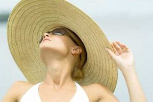 Khi làm việc ngoài trời nắng, bạn cần tự trang bị cho mình những cách phòng chống bệnh cần thiết