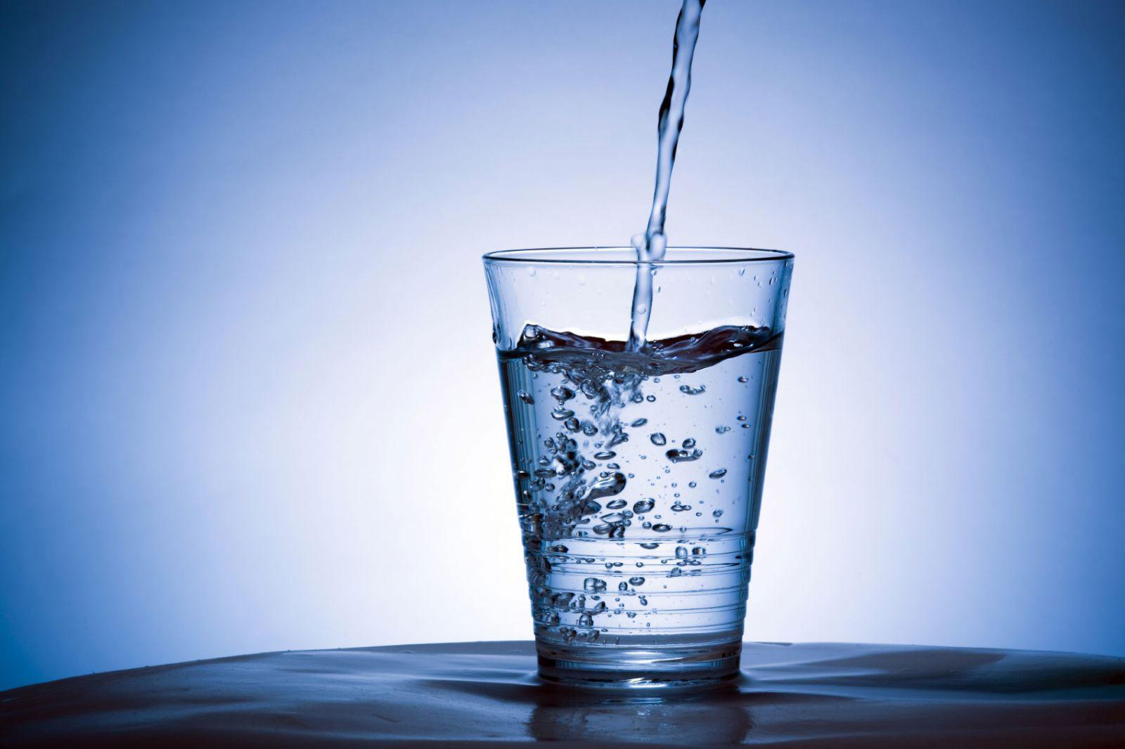 người bị bệnh táo bón cần bổ sung đủ lượng nước trong ngày